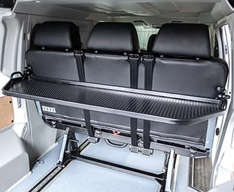 Багажная полка в автомобиле минивэне Пежо Эксперт для ручной клади. Полка багажника. Багажный разделитель.